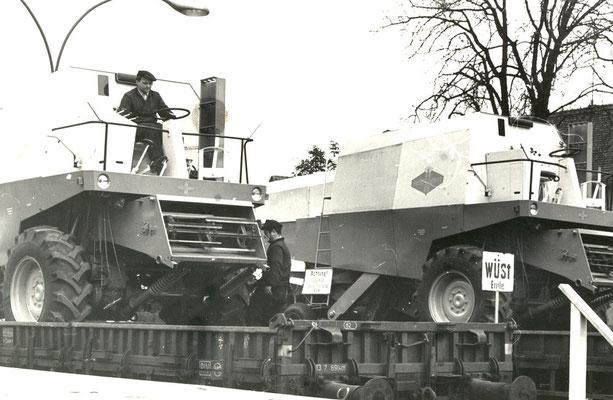 Nur sehr wenige Bilder gibt es vom Abtransport von Landmaschinen aus dem damaligen Fortschrittwerk. Hier sehen wir eine Verladeszene mit Mähdreschern im Werksgelände. Bildrechte: Stadtmuseum Neustadt i. Sachsen