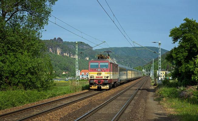 371 005 mit EC in Richtung Dresden bei Krippen, Mai 2015.