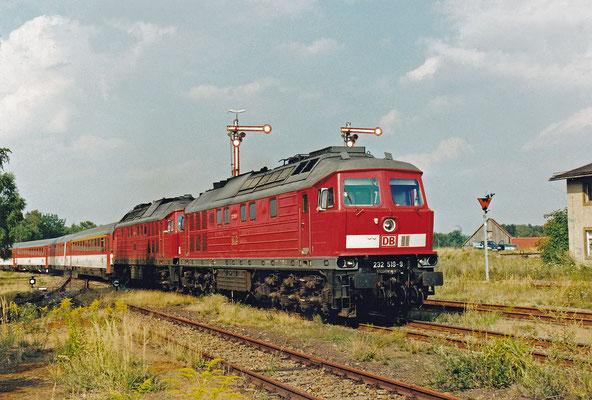 232 519 & 232 ...? mit Elbtal-Umleiter-IC rollen aus Richtung Arnsdorf in Pirna ein. Der bestehende Rest der Strecke nach Arnsdorf wird übrigens aktuell (Stand 04/18) als Touristen / Draisinenbahn hergerichtet.