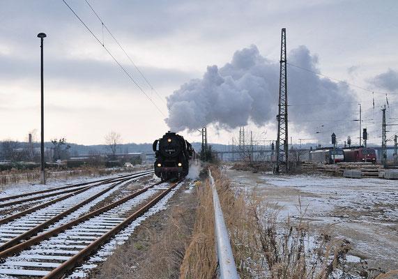 Nun ging es von Pirna über Neustadt nach Bad Schandau. Hier fährt die 52 8080 gerade in den Bahnhof Pirna ein. 28.11.10