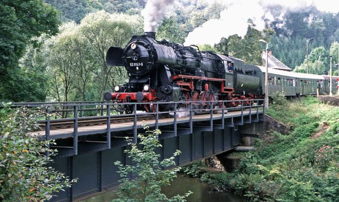 52 8141-5 der OSEF beim Überqueren des Sebnitzbaches hinter dem Bahnhof Ulbersdorf Richtung Neustadt, 1997