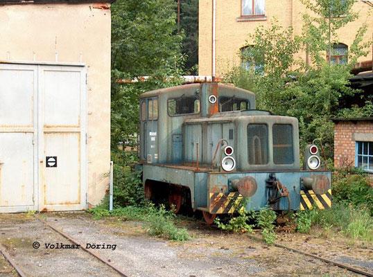 Die Werkslok V10B im Linoleumwerk Goßdorf-Kohlmühle hat hier ihre besten Zeiten längst hinter sich und rostet vor sich hin, 07.09.2003, Foto: Volkmar Döring
