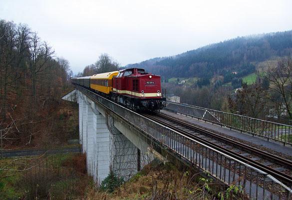 Auf der zweiten Fahrt bis nach Bad Schandau fährt 112 331 hier über den Viadukt bei Amtshainersdorf ( auch Umspannwerk-Viadukt genannt ) kurz hinter Sebnitz, 06.12.09