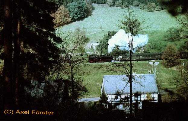 Zug in Amtshainersdorf bei der Abfahrt nach Ulbersdorf, 1970. Text & Foto: Archiv Axel Förster, digitale Aufbereitung: J. Vogel
