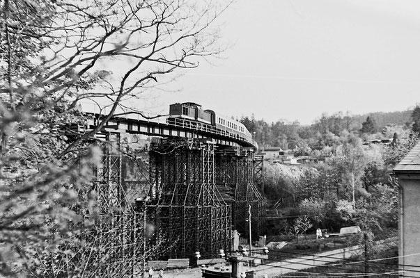 Personenzug nach Neustadt auf der Behelfsbrücke.