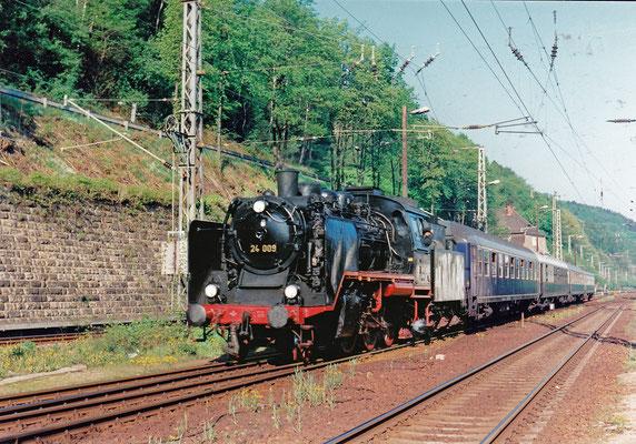 24 009 mit Sonderzug im Bahnhof Bad Schandau.