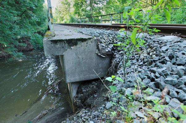 Das Hochwasser vom 07./08.08.10 hat überall im Sebnitztal seine Spuren hinterlassen. Gleise wurden unterspült und viele Brücken beschädigt. Hier kurz hinter Goßdorf-Kohlmühle, 20.08.10