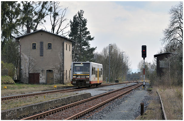 Seit Ende 2011 setzt die Städtebahn Sachsen auf der Strecke Pirna - Neustadt im Bedarfsfall einen LVT/S ( VT 504 001 ) ein. Am 17.04.2012 fuhr er mir erstmals in Dürrröhrsdorf vor die Linse.
