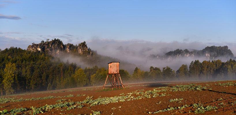 Langsam gewinnt die Sonne gegen einen nebligen Morgen, der Gamrig und das Basteigebiet zeigen sich zaghaft. ISO 200, 4x 70mm (Panorama), f/7.1, 1/800sek.