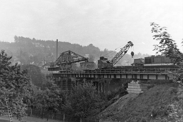 Bau der Behelfsbrücke, die vorgefertigten Stahlelemente werden mit Hilfe eines Schwerlastkrans eingehoben, 1984.