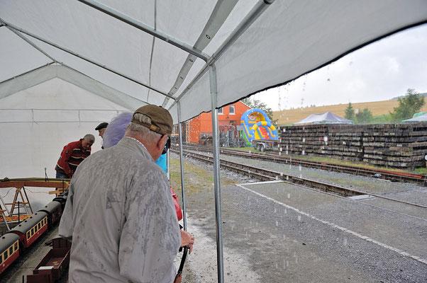 Das Wetter zeigte sich an diesem Augustwochenende eher Aprilmäßig, Wolkenbruchartiger Regenschauer am Sonntag vormittag, unterm Zelt der Gartenbahnanlage stand man trocken...