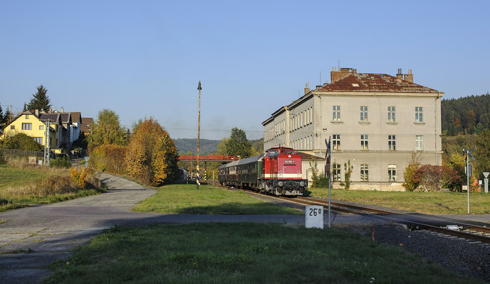 Rückfahrt des Sonderzuges mit 112 565 von Rumburk nach Sebnitz und Neustadt / Sachsen. Hier verlässt der Zug den Bahnhof in Dolni Poustévna, 13.10.18