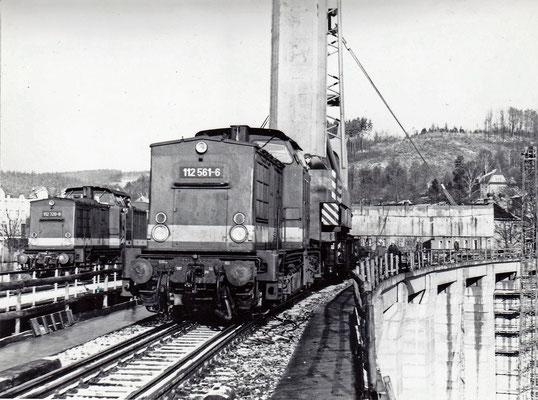 Aus nächster Nähe sah das ganze so aus. 112 561-6 am Eisenbahndrehkran, links auf der Behelfsbrücke 112 720-8 mit einem Personenzug nach Bad Schandau. Foto: Archiv Sven Kasperzek.