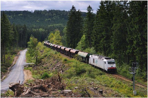 285 105-3 der ITL aus dem Steinbruch Oberottendorf auf dem Weg nach Neukirch. Vor einem Jahr noch war dieses Motiv undenkbar, hier war früher tiefster Wald. 12.08.2011