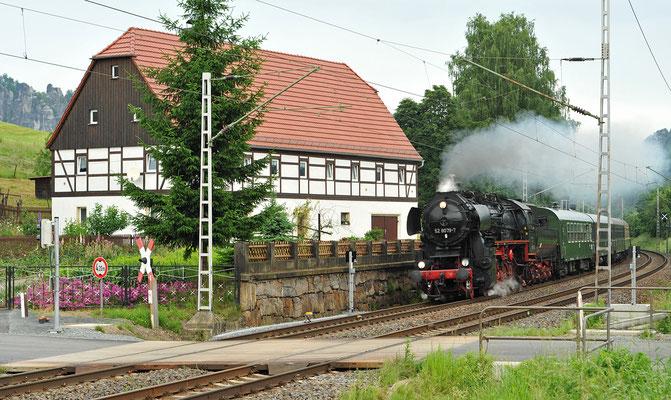 52 8079 mit dem Elbe-Moldau-Express auf dem Weg nach Prag, hier am bekannten Bahnübergang bei Rathen. 12.06.10