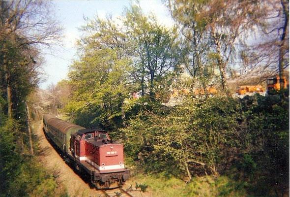 Am Steinbruch in Oberottendorf ( damals Sutter, heute Eurovia ) gelang diese Aufnahme von der Überführung auf die Regionalbahn von Bautzen nach Neustadt. 1999, Foto: Pierre Güttler
