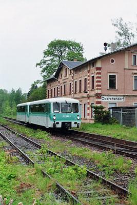 Am Bahnhof Oberottendorf wurde der Triebwagen auf seiner Rückfahrt nach Neustadt erneut abgelichtet. 14.05.2005, Foto: Thomas Weber