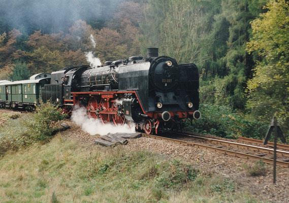 Auch das gab es. Schnellzuglok 03 001 mit dem Zwickauer Traditionszug am Ausgang von Tunnel 5 (Ulbersdorf). Heute kaum vorstellbar im Sebnitztal, die enge Kurve bei Rathmannsdorf dürfte grenzwertig für sie gewesen sein. Oktober 1995, Foto: Sven Kasperzek
