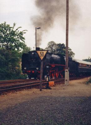 Ein wohl nie wiederkehrendes Ereignis - die heute schon längst kalt gestellte BR 03 001 mit ihrem Zug von Bautzen nach Pirna bei der Ausfahrt in Neustadt ( 1994 )
