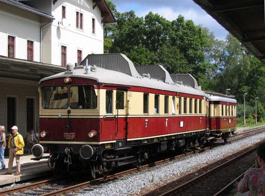 """Ein äußerst seltener Gast auf der Sebnitztalbahn: Der WUMAG Triebwagen von 1926 mit WUMAG Beiwagen ( 1932 ) in Sebnitz, es handelt sich hier um den """" Nürnberg 761 """" der Buxtehude-Harsefelder Eisenbahnfreunde, 06.08.2005, Foto: Volkmar Döring"""