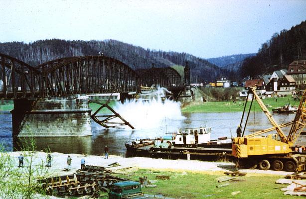 Abriss der Carolabrücke (ehemalige Fahrspur der Straße) in Bad Schandau, Mai 1986. Foto: Archiv Axel Förster
