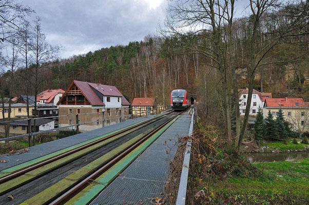 Heute wurde der Zugverkehr zwischen Sebnitz & Bad Schandau wieder aufgenommen. RB 17122 kommt hier aus dem Tunnel 1 bei Rathmannsdorf und wird in wenigen Minuten Bad Schandau erreichen. 13.11.10