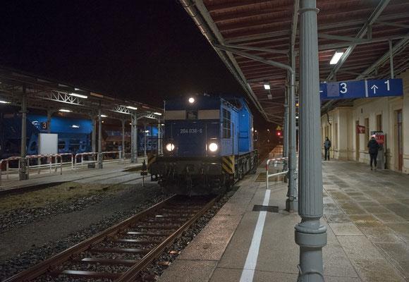 """Gleisbauarbeiten zwischen Ulbersdorf und Sebnitz. Die """"Press"""" mit 204 036-6 übernahm das Einschottern der neuen Gleise. In der Nacht vom 15 zum 16.11. bei Sturm und peitschendem Regen setzt die V100 hier gerade in Neustadt um."""