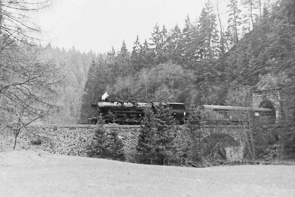 Eine Reko 52 im Planeinsatz an dem Personenzug nach Bautzen bei Tunnel 3.