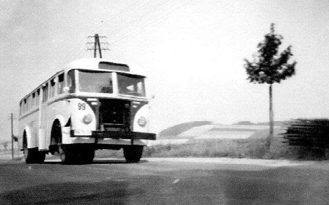 Zwar keine Eisenbahn, aber nicht weniger interessant: Ein Ikarus 601 ( eigentlich ein Dresdner Stadtbus ) ist unterwegs auf der Karrenbergstraße. Interessant auch die Telegrafenmasten neben der Straße. 1958, Archiv: Dieter Wustmann
