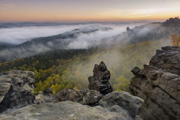 Ein traumhaft schöner Herbstmorgen. So wünscht sich das der Landschaftsfotograf. Aufgenommen vom Gohrisch, der Blick geht hinüber zur Hunskirche. ISO 50, 24mm, f/8.0, 0,5 Sek.