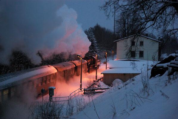 ...stammen aus dem tief verschneiten Krumhermsdorf. Romantisch dampft der Zug in den Abend und dem Sebnitztal entgegen. 09.01.2010