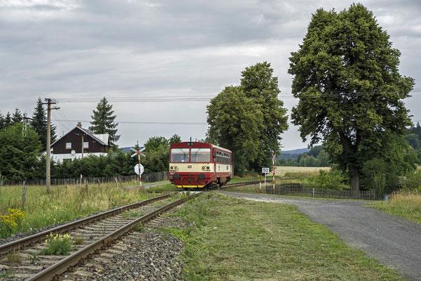 810 668-4 in der Ortslage von Mikulášovice auf dem Weg nach Rumburk, 30.06.18