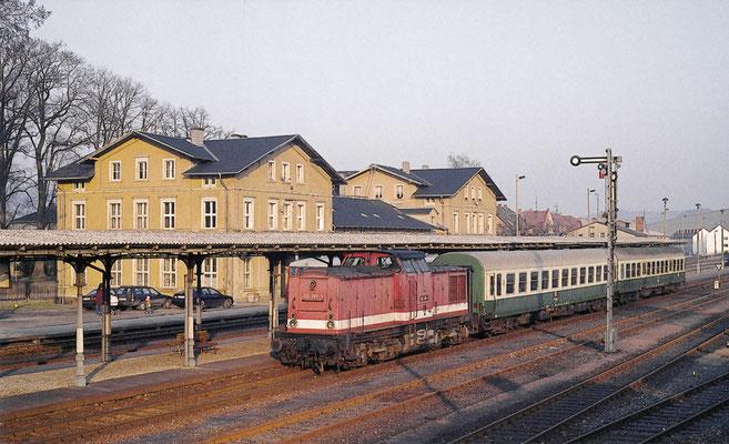 202 389 mit dem P7487 von Bautzen endete hier an einem Winterabend 1994 im Bahnhof Neustadt, Sachsen. Fotograf: Andreas W. Petrak