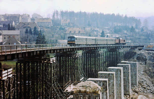 Die alten Stützpfeiler werden wieder verwendet, gesprengt wurden nur die Bögen. Auf der Behelfsbrücke ein Zug mit Leipziger Steuerwagen nach Rathmannsdorf (Sperrung / Rekonstruktion der Carolabrücke bei Bad Schandau).