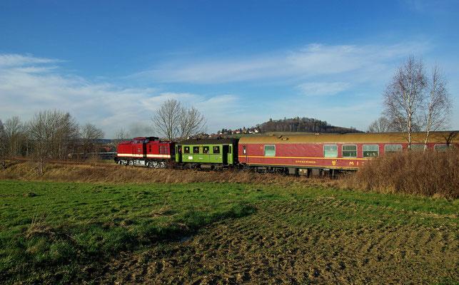 Adventssonderfahrt Pirna-Neustadt-Schandau der OSEF, hier 112 331-4 vor der Kulisse der Burg Stolpen, 29.11.09