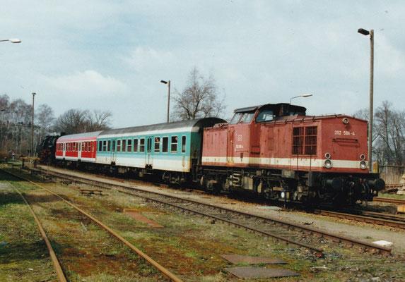Diese etwas seltsam anmutende Zugzusammenstellung mit 202 586-4, zwei Halberstädter Mitteleinstiegswagen und 52 8154-8 am Zugschluss konnte im März 2000 in Neustadt/Sa. beobachtet werden. Foto: Sven Kasperzek