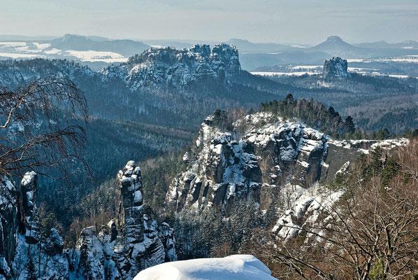 Blick von der Carolaaussicht in die verschneite Felsenwelt. ISO 125, 43mm, f/7.1, 1/400sek.