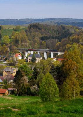 Kurz darauf schnauft der Zug über den Viadukt bei Amtshainersdorf. 01.05.16