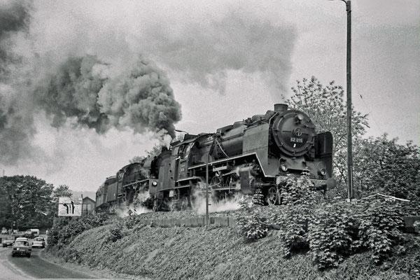 62 015 zusammen mit 35 ....? nehmen Schwung aus dem Bahnhof Pirna durch den engen Bogen auf die Pirnaer Elbbrücke.