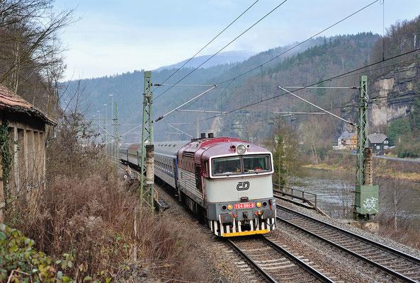 Letzter Lokbespannter Elbe-Labe-Express im Elbtal. Kurz vor der Grenze zu Tschechien ist 754 061 hier bei Schöna nach Decin unterwegs, Dezember 2013.