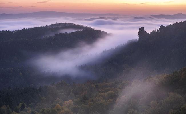 Ein traumhaft schöner Herbstmorgen. So wünscht sich das der Landschaftsfotograf. Aufgenommen vom Gohrisch, der Blick geht hinüber zur Hunskirche. ISO 100, 70mm, f/6.3, 6 Sek.