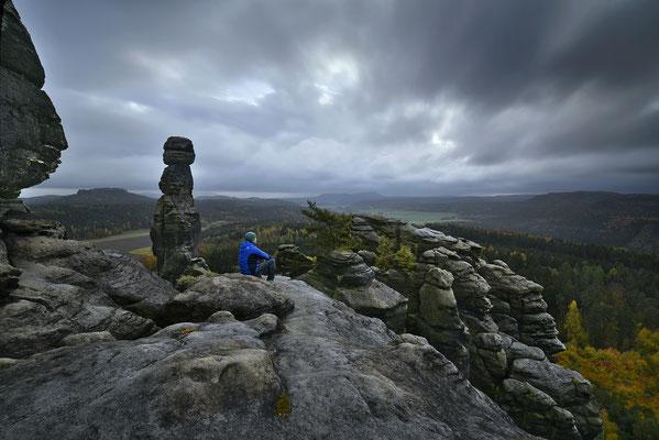 """Typisches Herbstwetter auf dem Pfaffenstein. An der Barbarine reicht es trotz Nieselregen und Wind zu einem """"Selfie"""". ISO 50, 15mm, f/16.0, 10 Sek. (Haida ND 64 Graufilter)."""