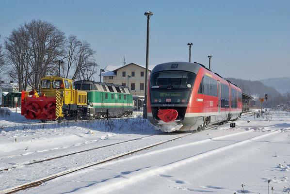 118 002 mit der Neustädter Schneefräse wartet auf ihren nächsten Einsatz während der Desiro aus Bad Schandau einfährt, Februar 2009