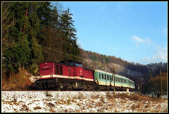 """Am 4. Januar 2001 rollt bei nur """"mäßigen"""" Schneeverhältnissen 202 844 mit ihrem Zug von Bautzen nach Bad Schandau dem nächsten Halt Goßdorf-Kohlmühle entgegen. Foto: Archiv Michael Sperl"""