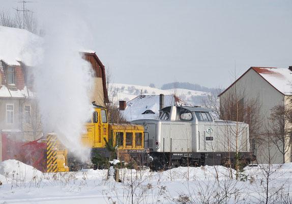 Schneeräumarbeiten im Bahnhof von Neustadt. In den letzten Tagen konnte dieses Schauspiel mehrmals beobachtet werden, 111 001 habe ich jedoch zum ersten Mal hier gesehen, 04.01.2010