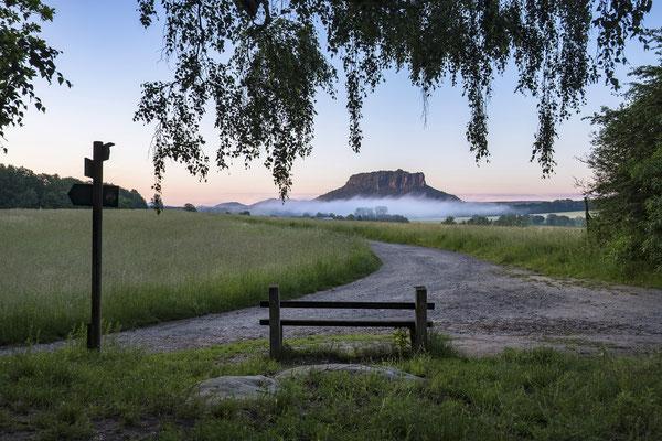 Morgenstund am Rauenstein mit Blick zum Lilienstein. ISO 200, 21mm, f/8.0, 1/20sek.