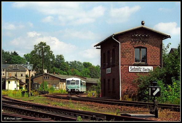 : Nur wenige Nebenbahnen haben in gut zwei Jahrzehnten eine solche Vielfalt an Fahrzeugen kennengelernt wie die Sebnitztalbahn. Der von 771 040 geschobene 971 640 verlässt am 12. August 2001 den Bf.Sebnitz am Stw W2. Foto: Archiv Michael Sperl