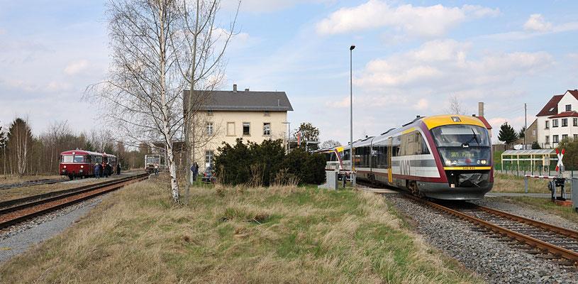 Kurzzeitig konnte man in Dürrröhrsdorf 4 Triebwagen beobachten - links: Uerdinger Schienenbus und ausfahrender LVT/S nach Neustadt, rechts ein Desiro-Doppelgespann nach Pirna. 17.04.12