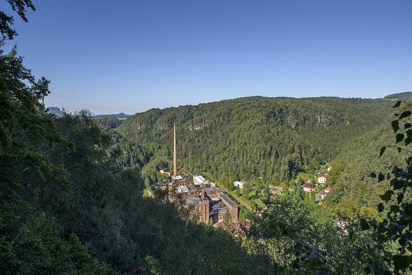 Blick ins Sebnitztal auf Goßdorf-Kohlmühle und die alles überragenden Gebäude der Industriebrache Likolit, die jüngst für 37.000€ an einen neuen Besitzer versteigert wurden... 15.09.16