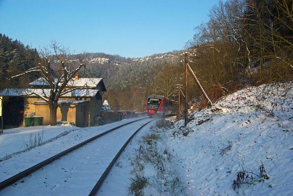 Nachschuss auf RB 17131 von Bad Schandau kommend bei Rathmannsdorf ( nach Tunnel 1 ). Eine der wenigen Stellen der Sebnitztalbahn an der noch Telegrafenmasten anzutreffen sind...20.12.09